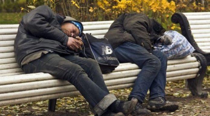 Люмпены отдыхают на лавочке после тяжелого дня
