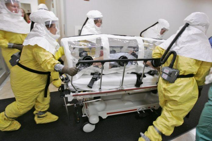 Заражённый Эболой человек подвергается транспортировке
