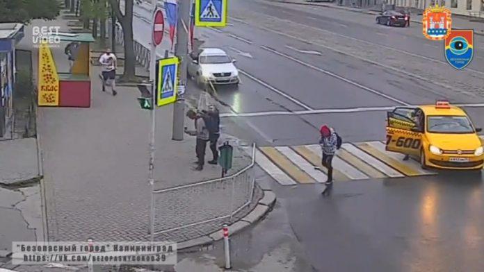 Пассажир такси избил подростков