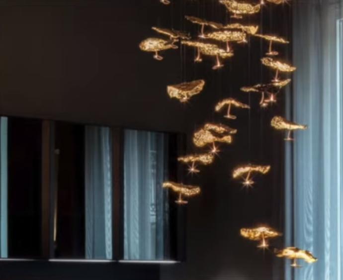 Подвесная люстра Gold Moon с системой из декоративных листьев