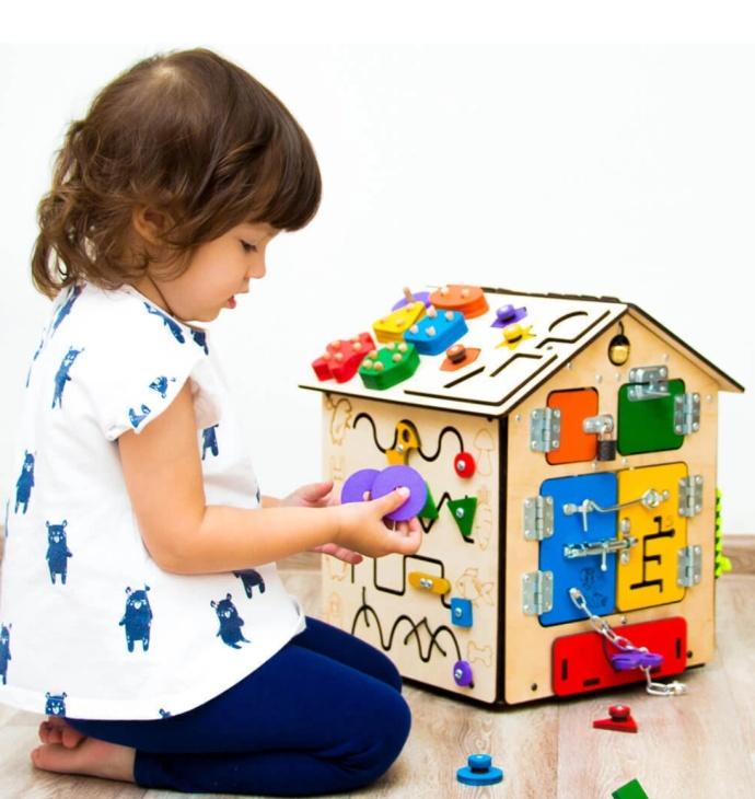 Ребёнок играет с бизибордом