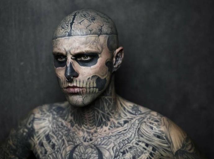 Фрик с татуировками